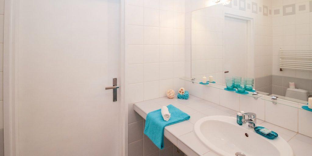 Tante idee per scegliere gli specchi per bagni moderni