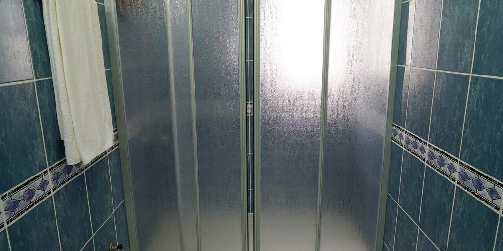Vantaggi e svantaggi di un box doccia in PVC