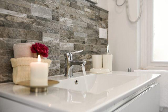 Come arredare un bagno per single funzionale e di design